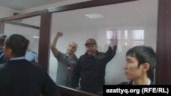Гражданские активисты Талгат Аян и Макс Бокаев (слева) в суде. Атырау, 28 ноября 2016 года.