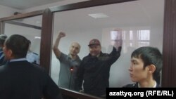 Гражданские активисты Макс Бокаев (второй слева) и Талгат Аян (второй справа) в суде в день оглашения им приговора. Атырау, 28 ноября 2016 года.