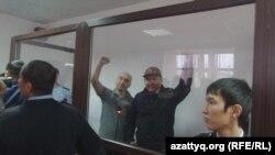 Гражданские активисты Талгат Аян и Макс Бокаев (слева) в день оглашения приговора суда. Атырау, 28 ноября 2016 года.