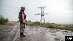 Український військовий оглядає місцевість поблизу Золотого, серпень 2015 року