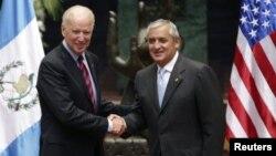 Гватемала президенті Отто Перес Молина (оң жақта) мен АҚШ вице-президенті Джо Байден.