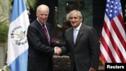 Президент Гватемалы Отто Перес Молина (справа) и вице-президент США Джо Байден во время визита Байдена в Гватемалу, 20 июня 2014 года.