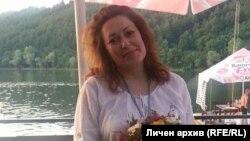 Мария Тенчева, чийто баща почина от коронавирус след като не получи медицинска помощ, на свой ред е с COVID-19. Тя ще заведе едно от първите дела срещу държавата, допуснала хаоса в здравеопазването по време на пандемията.