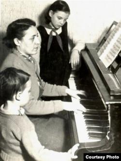 Studiind acasă la București privită de copii ei