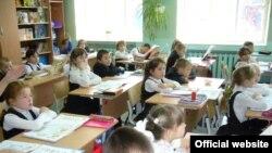 Тоболдагы 15-нче мәктәптә өченче сыйныфта татар теле дәресе бара.