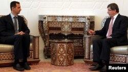 Средба меѓу сирискиот претседател Башар Ал Асад и турскиот шеф на дипломатиојата Ахмет Давутоглу во Дамаск на 9 август 2011 година.