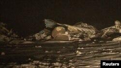 Обломки разбившегося самолета Ан-72 в нескольких километрах от Шымкента. 25 декабря 2012 года.