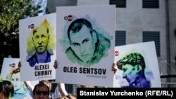 Київ відповів на вирок Сенцову і Кольченку протестами (фотогалерея)