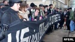 Молодые люди развернули напротив здания Мособлпрокуратуры большой черный банер с надписью «Убийц оппозиции к ответу»