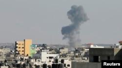Pamje pas një sulmi ajror izraelit në Rripin e Gazës