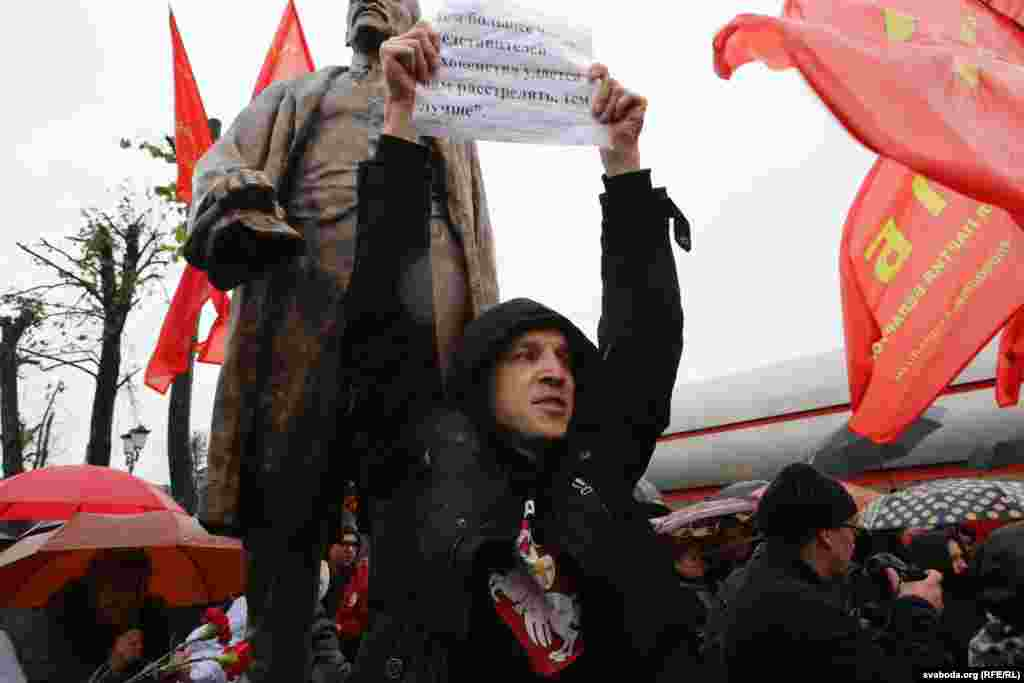 """In a protest against the celebrations,Malady Front (Youth Front) opposition movement leader Zmitser Dashkevich made his way into the thick of the crowd before lifting a sign with a slightly modified version of a notorious Lenin quote that said: """"The more representatives of religious clergy that are shot, the better."""""""