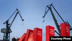 Ведущие польские политики толкают блоки, символизирующие страны бывшего советского блока. Гданьск, июнь 2009 года. Автор фото – Кршиштоф Мыстковский, польское агентство Kosycarz Foto Press.