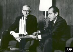 """Президент США Ричард Никсон с моделью будущего """"космического челнока"""" в руках"""