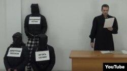 "Скриншот сцены веб-сериала ""Судья Грэмм"" (YouTube-канал ""Судья Грэмм""). Карим Ямадаев — справа в мантии судьи"