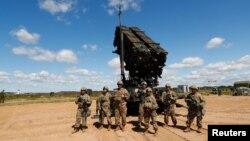 Американські солдати на тлі системи протиракетної оборони Patriot під час навчань у Литві, липень 2017 року