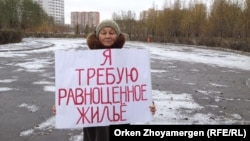 Зейнеткер Екатерина Зайцева жалғыз адамдық пикет өткізіп тұр. Астана, 20 қазан 2016 жыл.