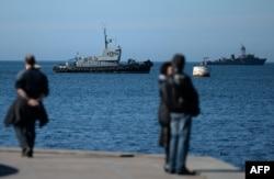 Кораблі ВМФ Росії проходять повз гавань Севастополя, 3 березня 2014 року