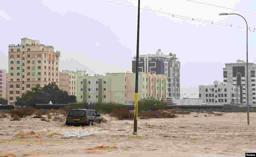 У результаті обвалення пагорба над житловим районом у промисловій зоні в результаті циклону загинули два робітники-азіати