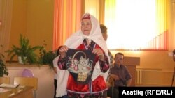 Эльза Шәйхетдинованың әбисе Гөлфәрүз апа музейга бүләк итеп үзе чиккән әйберләрен алып килгән