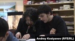 """Залина Дудуева и Руслан на кружке по рисованию, кадр из фильма """"Одна дома"""""""