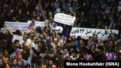 گروهی از هواداران حسن روحانی با شعارهایی در حمایت از زندانیان عقیدتی