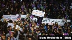 گروهی از هواداران روحانی پلاکاردهایی در حمایت از زندانیان عقیدتی در دست داشتند، سه شنبه ۱۹ اردیبهشت، تهران