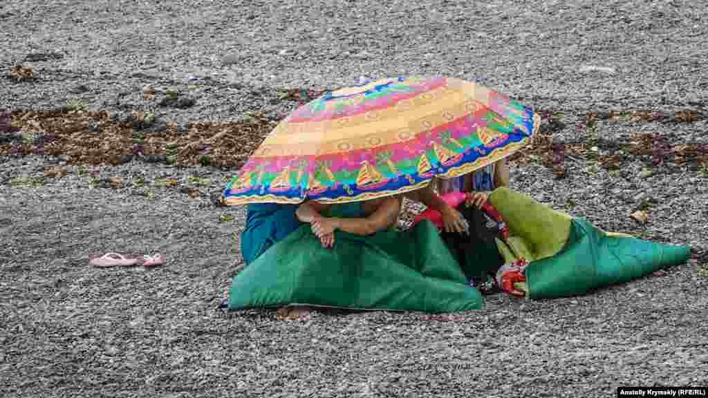 Другие лишь спрятались под пляжными зонтиками