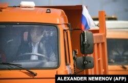 Президент России Владимир Путин ведет грузовик через Крымский мост на церемонии открытия 15 мая 2018 года.