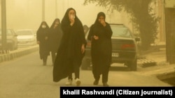 بحران ریزگردها در روز شنبه، باعث قطعی آب و برق مدارس و ادارههای ۱۱ شهر خوزستان و تعطیلی مدارس و ادارات شده بود.