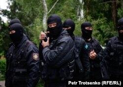 Сотрудники спецназа во время задержаний граждан в центре Алматы. 12 июня 2019 года.
