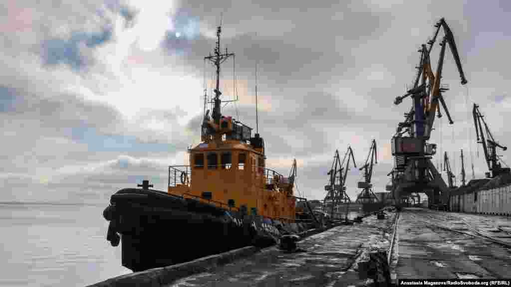 Бердянський торговельний порт – стратегічно важлива морська транспортна артерія у Запорізькій області. На порти Бердянська та сусіднього Маріуполя припадає близько 25% експорту України. Однак з кінця листопада робота порту залишається фактично заблокованою через агресію Росії в Азовському морі