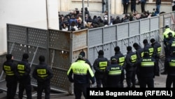 Этот забор успели окрестить не только «берлинской» стеной, но и «бидзиновской»