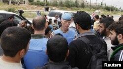 Kreu i misionit të OKB-së, gjenerali Robert Mud, duke folur me banorët lokalë në Hama, Siri, 3 maj, 2012