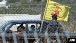 خودرویی با پرچم حزبالله از کنار مرز لبنان و اسرائیل میگذرد