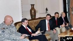 رابرت فورد (نفر دوم از سمت راست)، سفیر پیشنهادی کاخ سفید در سوریه،