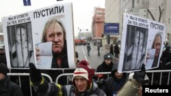 "Жерар Депардье на плакате на ""Марше против подлецов"""