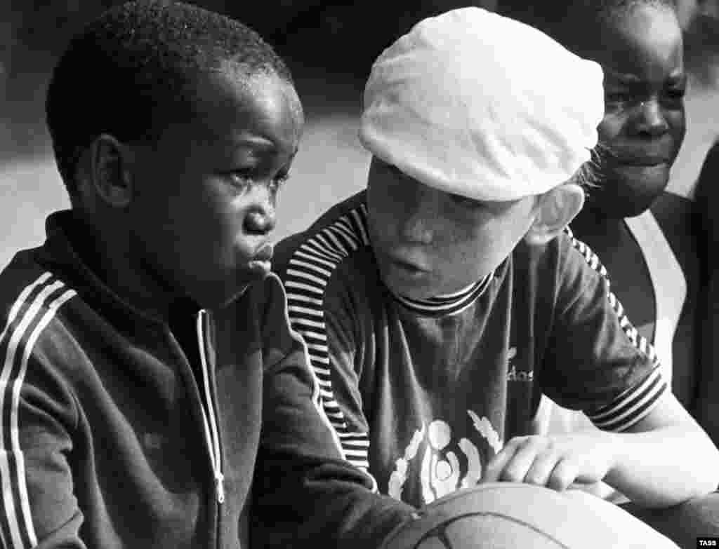 У дні розквіту «Артек» відвідували приблизно 27 тисяч дітей щорічно. У період між 1925-1969 роками в «Артеку» побували 300 тисяч піонерів, включаючи понад 13 тисяч дітей із 17 закордонних країн. На фото – діти, які відпочивають в «Артеку», в одну зі змін 1977 року