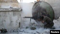 أحد عناصر الجيش السوري الحر في مواجهة مع قوات موالية للرئيس السوري بشار الأسد قرب حلب