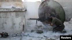 Сирия көтерілісшілерінің сарбазы үкімет күштерімен ұрыс кезінде. Сирия, Алеппо, 3 маусым 2013 жыл.