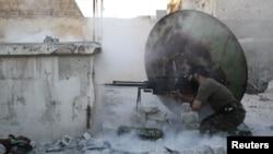 Боец Свободной армии Сирии отстреливается от снайпера в Алеппо, 3 июня 2013 года.