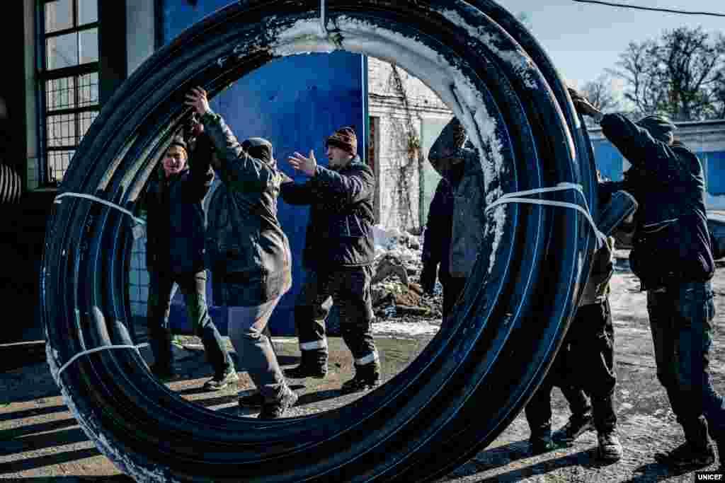 В умовах конфлікту працівники компанії «Вода Донбасу», до якої також належить Донецька фільтрувальна станція (ДФС), ризикують своїм життям, щоб забезпечити базові потреби людей у воді. ЮНІСЕФ вважає, що безпека і здоров'я дітей у цьому регіоні – у їхніх руках. Фахівці підприємства розповідають, що безпосередньо будівля ДФС і територія навколо неї обстрілювалися з початку конфлікту близько двадцяти разів. Під час одного обстрілу загинуло троє людей.
