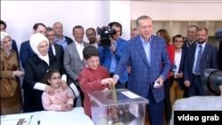 Прэзыдэнт Эрдаган галасуе на выбарчым участку ў Стамбуле 16 красавіка