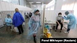 Базарда орналасқан коронавирусқа қарсы екпе пункттерінің бірі. Алматы, 14 сәуір 2021 жыл.