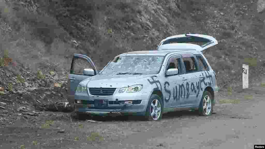 Автомобиль, на котором балончиком нарисована нацистская свастика и название азербайджанского городаСумгайыт. Этот населенный пункт стал ареной печально известной резни в 1988 году, когда десятки этнических армян были убиты в ходе беспорядков вокруг Нагорного Карабаха