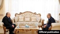Президент Армен Саркисян (слева) и премьер-министр Никол Пашинян (архив)
