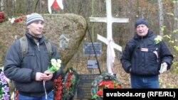 Валадар Шушкевіч зунукам каля самаробнага мэмарыялу наКабыляцкай гары
