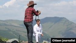 Молодого человека снимают на камеру в горах. Иллюстративное фото.