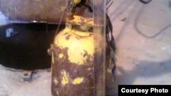 """Радиоактивті"""" цезий-137"""" салынған темір контейнер. Сурет Маңғыстау облыстық ішкі істер басқармасынан алынған. 28 тамыз 2014 жыл."""