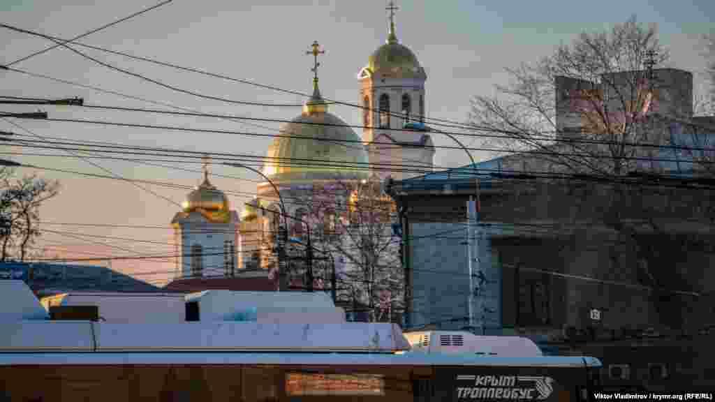 Якщо повернутися назад, то можна побачити куполи Олександро-Невського собору, розташованого за декілька сотень метрів