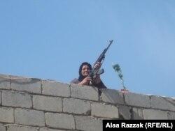 إمرأة تحرس دارها في قرية الشوافع بمحافظة بابل